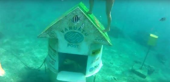 صورة رقم 2 - بالفيديو والصور.. أغرب مكتب بريد في اعماق البحار