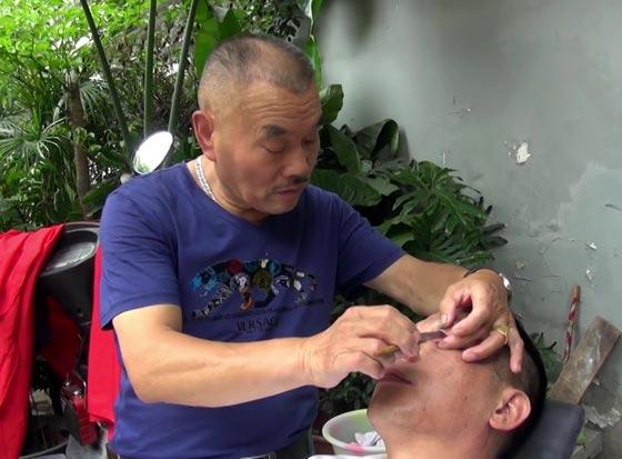 صورة رقم 6 - بالفيديو...حلاق صيني يقشر جفون زبائنه بالشفرة!!