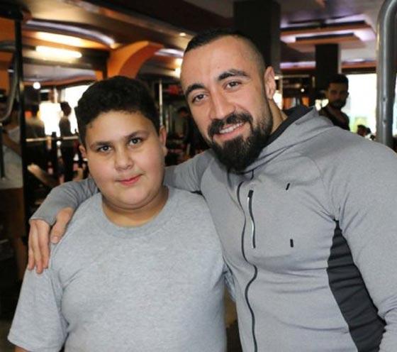 صورة رقم 3 -  صورة طفل سوري لاجئ تمنحه عضوية في نادي. أليس الأفضل التكفل بتعليمه؟