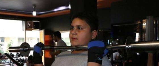 صورة رقم 2 -  صورة طفل سوري لاجئ تمنحه عضوية في نادي. أليس الأفضل التكفل بتعليمه؟