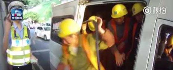 فيديو طريف.. سيارة 6 ركاب تقل 40 عاملا في الصين صورة رقم 1