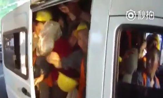 فيديو طريف.. سيارة 6 ركاب تقل 40 عاملا في الصين صورة رقم 2
