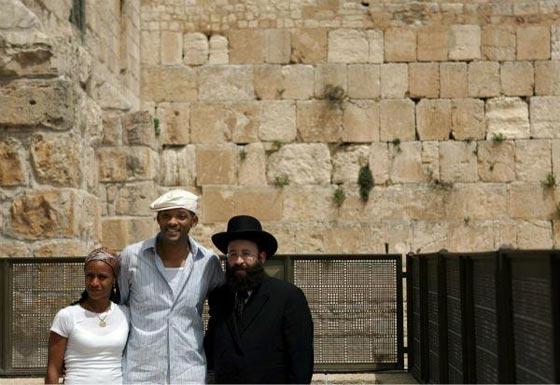 صورة رقم 2 - فنانين وشخصيات مشهورة وقفت أمام حائط المبكى وصدمت العرب