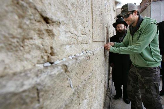 صورة رقم 3 - فنانين وشخصيات مشهورة وقفت أمام حائط المبكى وصدمت العرب
