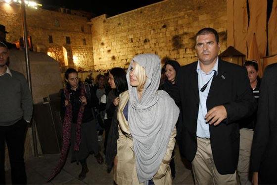 صورة رقم 5 - فنانين وشخصيات مشهورة وقفت أمام حائط المبكى وصدمت العرب
