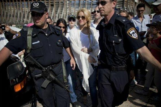 صورة رقم 6 - فنانين وشخصيات مشهورة وقفت أمام حائط المبكى وصدمت العرب
