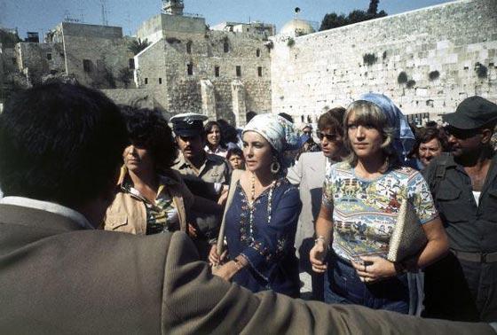 صورة رقم 8 - فنانين وشخصيات مشهورة وقفت أمام حائط المبكى وصدمت العرب