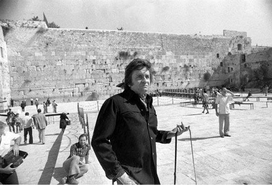 صورة رقم 9 - فنانين وشخصيات مشهورة وقفت أمام حائط المبكى وصدمت العرب