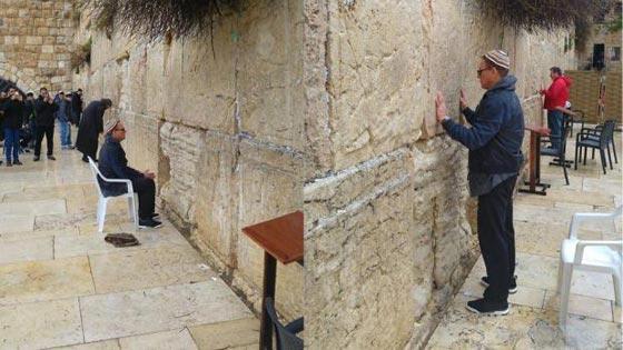صورة رقم 10 - فنانين وشخصيات مشهورة وقفت أمام حائط المبكى وصدمت العرب