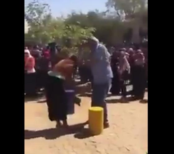 صورة رقم 2 - بالفيديو.. رئيس جامعة يعتدي بالضرب على طالبتين خلال مظاهرة