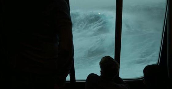فيديو مرعب.. سفينة تعرضت لعاصفة قوية والركاب مذعورون صورة رقم 1