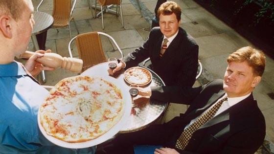 صورة رقم 1 - طُرد من المدرسة فعمل غاسلا للصحون في مطعم بيتزا واصبح مليونيرا!