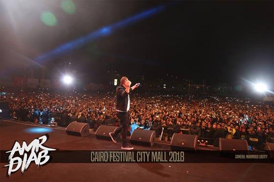 صورة رقم 1 - فيديو وصور: عمرو دياب يشعل المسرح  في حفله الغنائي في القاهرة