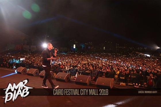 صورة رقم 3 - فيديو وصور: عمرو دياب يشعل المسرح  في حفله الغنائي في القاهرة