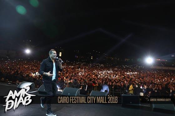 صورة رقم 6 - فيديو وصور: عمرو دياب يشعل المسرح  في حفله الغنائي في القاهرة