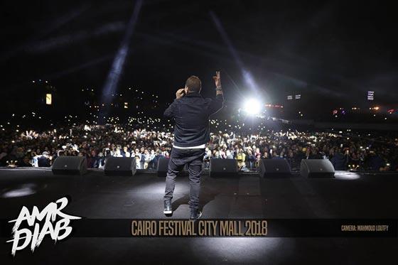 صورة رقم 7 - فيديو وصور: عمرو دياب يشعل المسرح  في حفله الغنائي في القاهرة