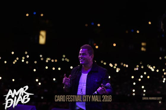 صورة رقم 9 - فيديو وصور: عمرو دياب يشعل المسرح  في حفله الغنائي في القاهرة