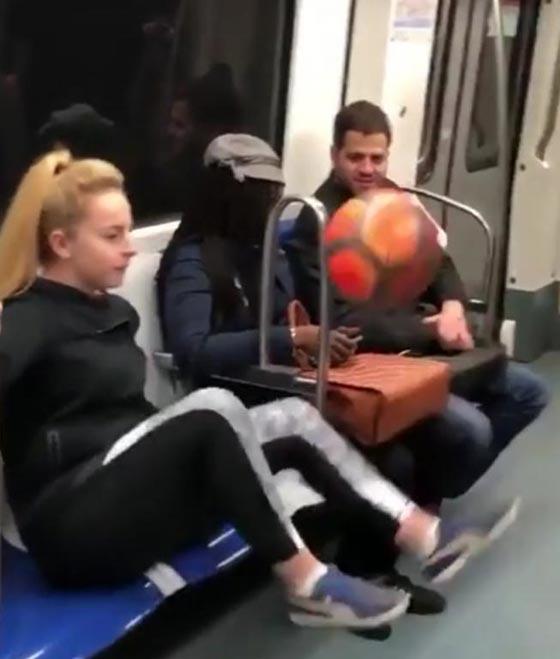 صورة رقم 1 - فيديو مذهل: فتاة تستعرض مهاراتها في لعب كرة القدم وهي جالسة!