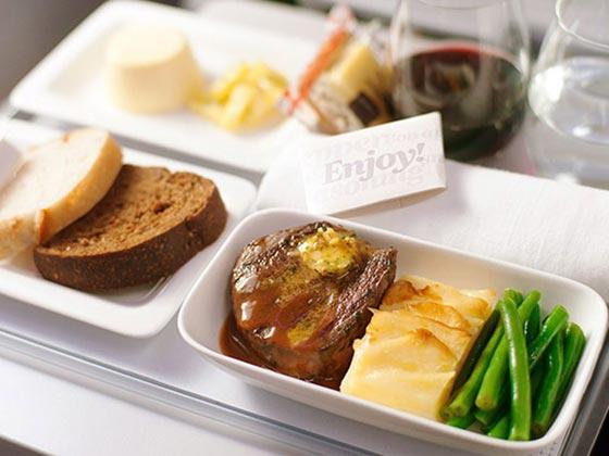 صورة رقم 2 - احذروا وجبات الطعام والمشروبات على متن الطائرة لهذا السبب!