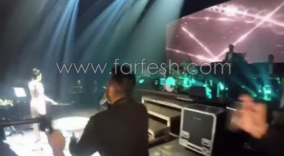 فيديو مقلب تامر حسني بشيرين على المسرح: دهشة وخوف ثم ضحك! صورة رقم 3