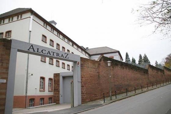 بالصور.. فندق غريب يحاكي سجن ألكتراز الشهير صورة رقم 4