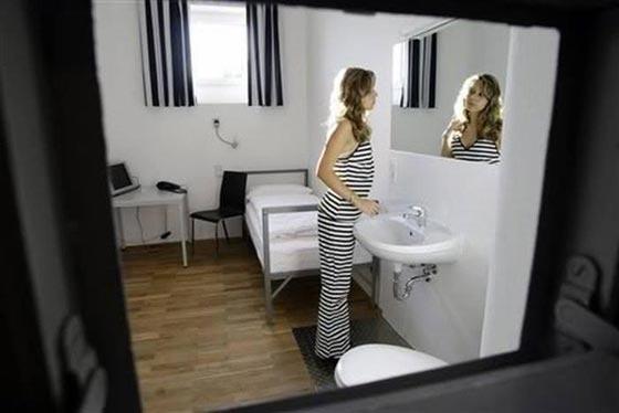 بالصور.. فندق غريب يحاكي سجن ألكتراز الشهير صورة رقم 5