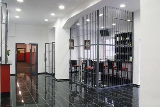 بالصور.. فندق غريب يحاكي سجن ألكتراز الشهير صورة رقم 11