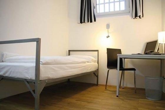بالصور.. فندق غريب يحاكي سجن ألكتراز الشهير صورة رقم 14