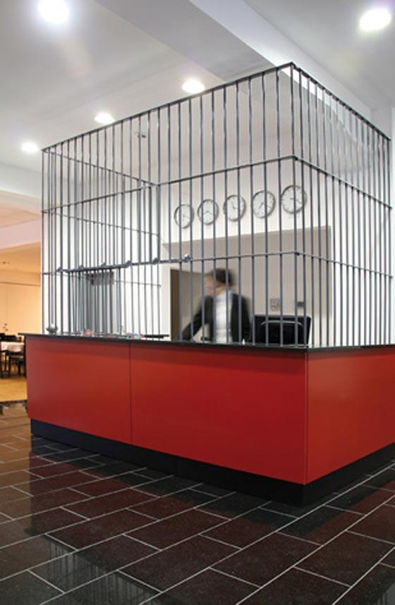 بالصور.. فندق غريب يحاكي سجن ألكتراز الشهير صورة رقم 18