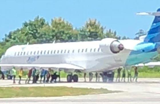 بالفيديو: رجال يدفعون طائرة.. والركاب يصورون  صورة رقم 1