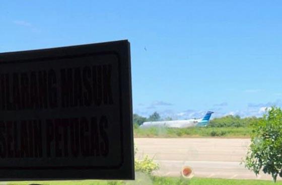 بالفيديو: رجال يدفعون طائرة.. والركاب يصورون  صورة رقم 3