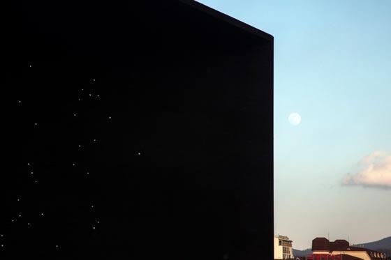 بالفيديو والصور.. المبنى الاكثر سوادا في العالم صورة رقم 1
