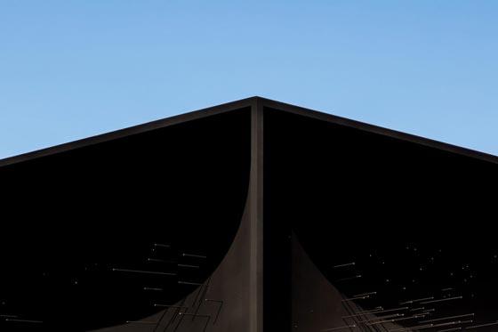 بالفيديو والصور.. المبنى الاكثر سوادا في العالم صورة رقم 5