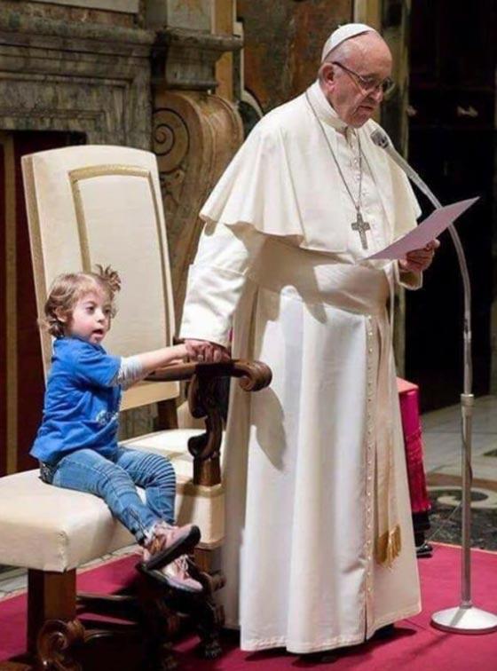 بالصور: تصرف غير متوقع للبابا فرنسيس اثناء القداس يثير اعجاب الجميع صورة رقم 1