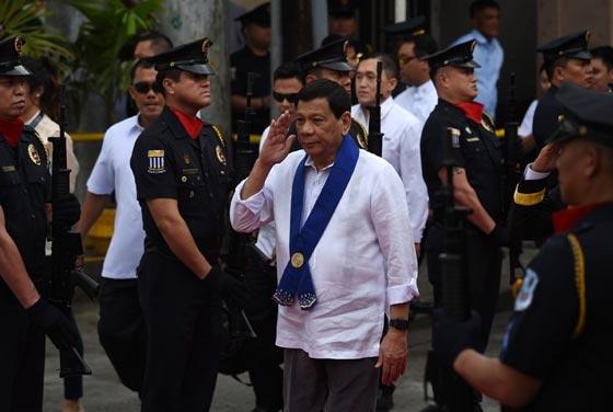 الرئيس الفلبيني يأمر الجنود بإطلاق النار بين أفخاذ المتمردات صورة رقم 4