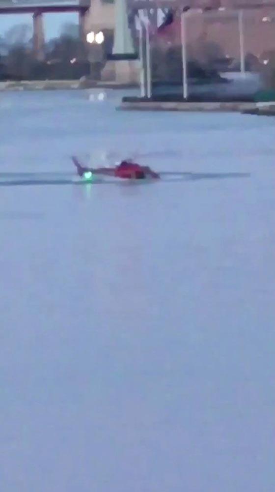 بالفيديو والصور.. سقوط طائرة هليكوبتر في نهر بمدينة نيويورك صورة رقم 2