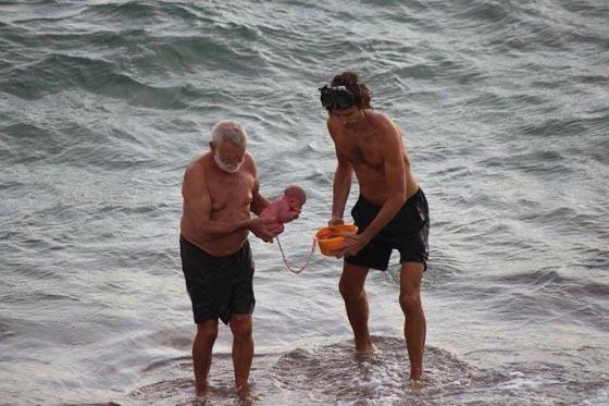 صور مدهشة.. سائحة روسية تضع مولودها وهي تسبح في البحر صورة رقم 2