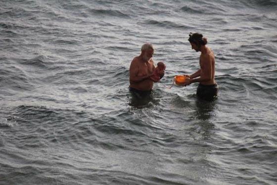 صور مدهشة.. سائحة روسية تضع مولودها وهي تسبح في البحر صورة رقم 1