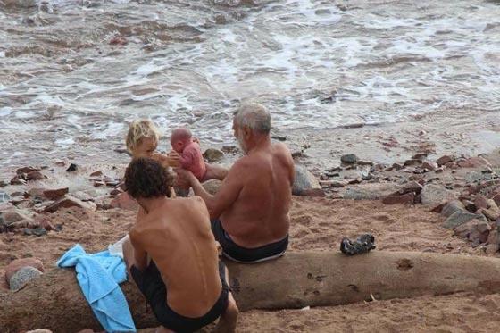 صور مدهشة.. سائحة روسية تضع مولودها وهي تسبح في البحر صورة رقم 3