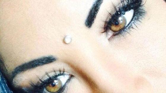 بالصور.. نجمة إنستغرام تصاب بالعمى بسبب تغيير لون عينيها صورة رقم 5