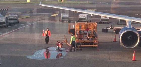 يالفيديو والصور.. تسرب وقود على أرض مطار بسبب انشغال عاملين صورة رقم 1