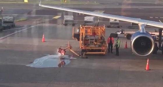 يالفيديو والصور.. تسرب وقود على أرض مطار بسبب انشغال عاملين صورة رقم 2