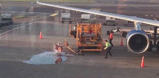 يالفيديو والصور.. تسرب وقود على أرض مطار بسبب انشغال عاملين صورة رقم 3