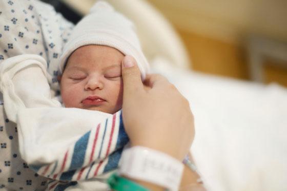 تعرفوا على أغرب طقوس الإحتفال بالمولود الجديد في العالم صورة رقم 5
