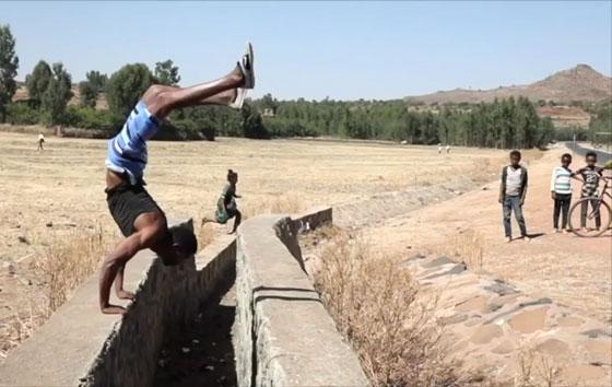 صورة رقم 1 -  يطمح لدخول موسوعة غينيس بالمشي على يديه.. فيديو