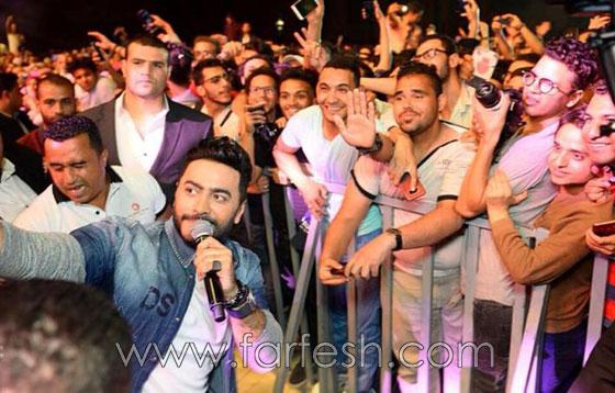 بالصور: ما حقيقة الاشتباكات بين الصحفيين والأمن في حفل تامر حسني؟ صورة رقم 14