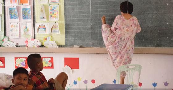 صورة رقم 2 - بالفيديو.. تايلاندية من دون ذراعين تصبح معلمة رغم اعاقتها