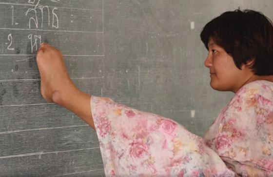 صورة رقم 3 - بالفيديو.. تايلاندية من دون ذراعين تصبح معلمة رغم اعاقتها