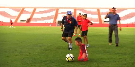 صورة رقم 2 - بالفيديو.. مارادونا يحقق حلم طفل بلا قدمين
