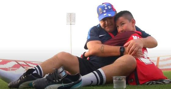 صورة رقم 3 - بالفيديو.. مارادونا يحقق حلم طفل بلا قدمين